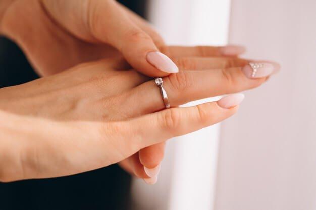 ผู้หญิงสวมแหวน