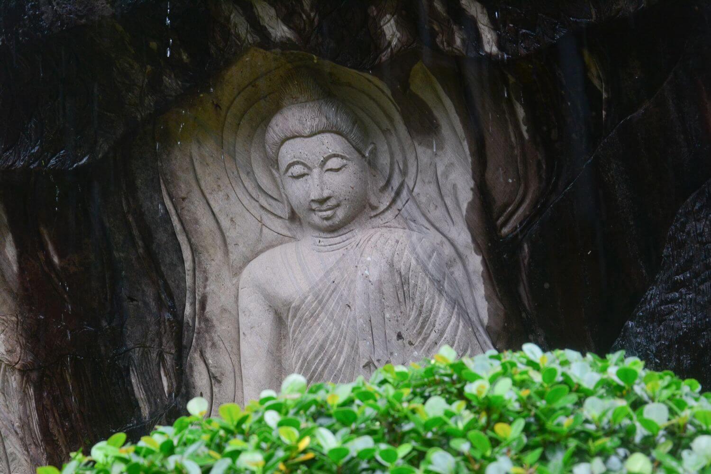 พระพุทธรูปแกะสลัก วัดถ้ำผาแด่น