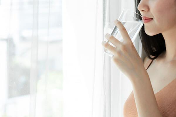 ผู้หญิงดื่มน้ำ