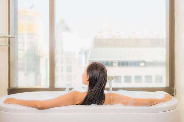 ผู้หญิงแช่อ่างอาบน้ำ