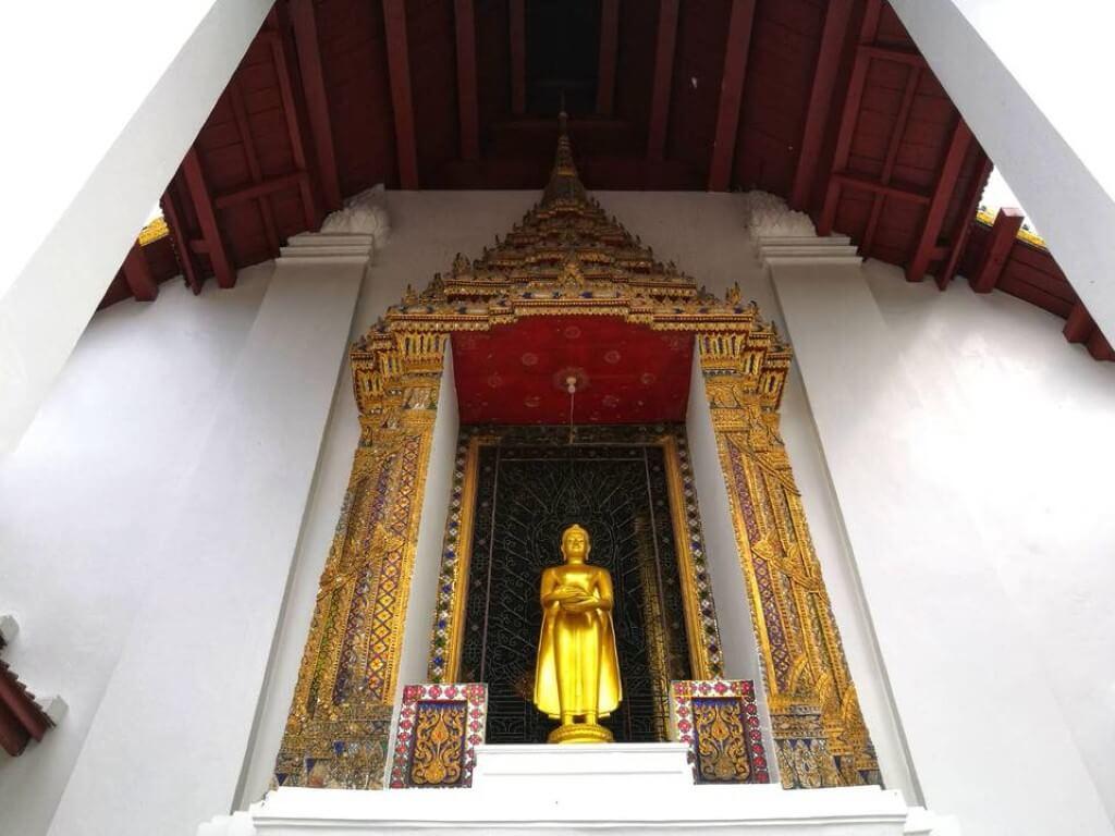 พระพุทธรูปหน้าพระอุโบสถ วัดหน้าพระเมรุ