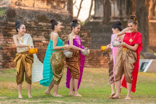 เล่นน้ำสงกรานต์ ตามประเพณีไทย