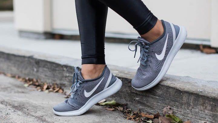 รองเท้าผ้าใบสีเทา