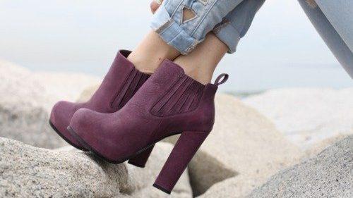 รองเท้าสีม่วงส้นสูง