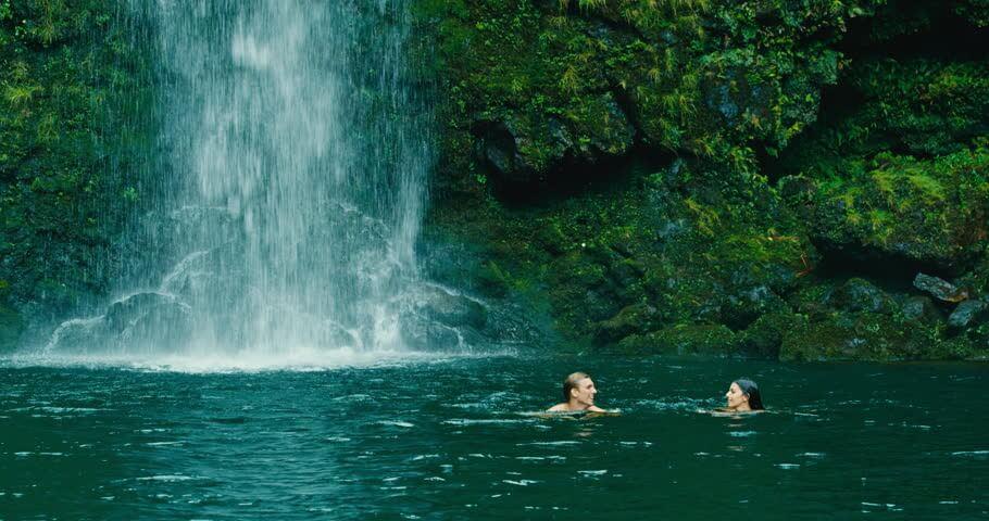 คู่รักเล่นน้ำตก
