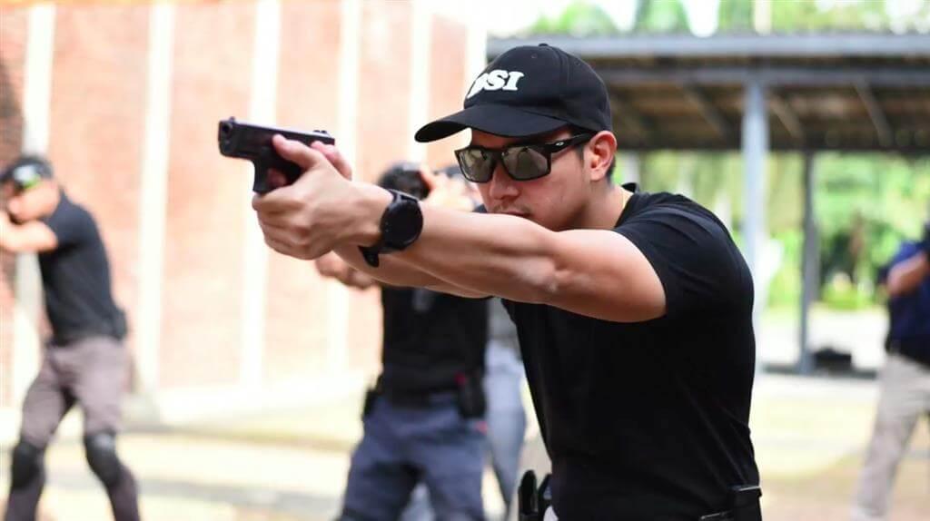 ผู้ชายเสื้อดำยิงปืน