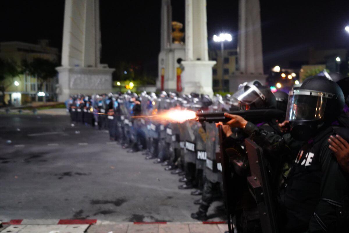 ทหารยิงปืนใส่ประชาชน