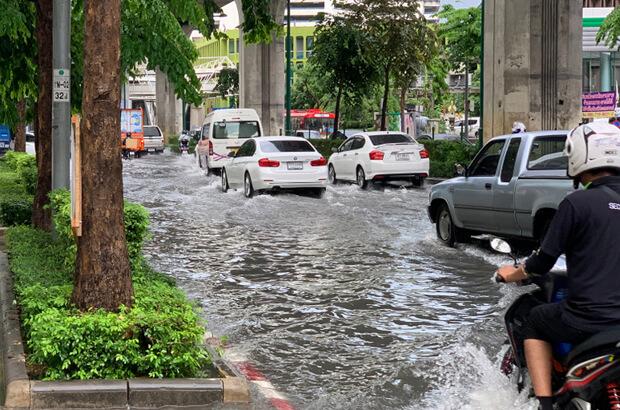 น้ำท่วมถนน
