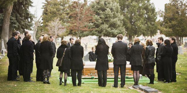 คนยืนล้อมโลงศพ